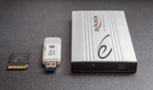 carte mémoire, clé USB et disque dur posés sur une table