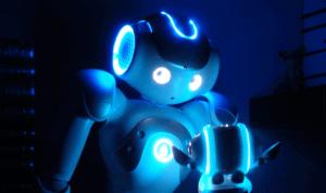 robot entouré d'un halo bleu