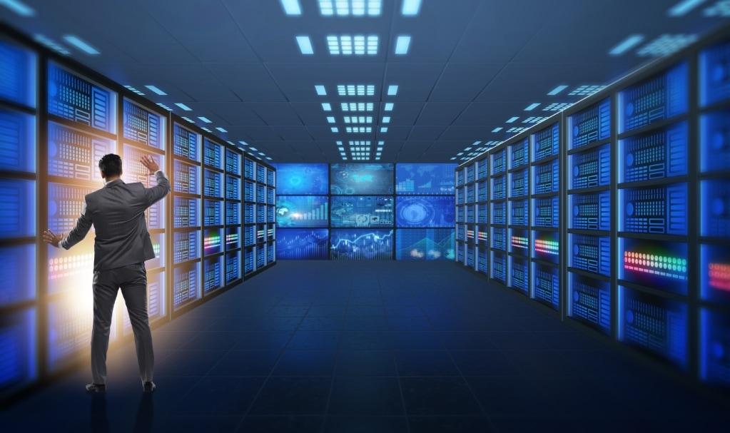 hoùmme devant une installation informatique énorme