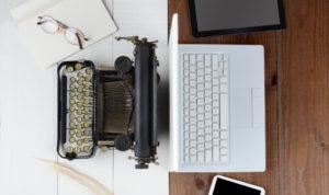 notebook récent et machine à écrire