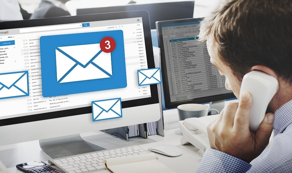 ordinateur de bureau envoyant des emails